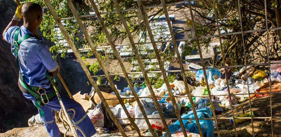 Garis Alpinistas - Coleta de lixo na encosta do Tinguá