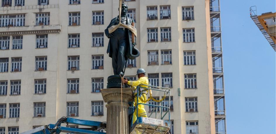 A estátua do Barão foi recolocada na Praça Mauá no dia 27 de fevereiro de 2015